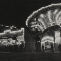 Hans Finsler (1891 - 1972), ohne Titel (Rummelplatz am Abend), 1929, Silbergelatine © Nachlass Hans Finsler Foto: Stiftung Dome und Schlösser in Sachsen-Anhalt