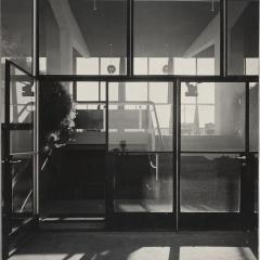 Hans Finsler (1891 - 1972), Flughafenrestaurant, Eingang, 1931, Silbergelatine Foto: Stiftung Dome und Schlösser in Sachsen-Anhalt